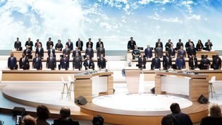 Les dirigeants mondiaux et les chefs d'Etat assistent à la session plénière du One Planet Summit le 12 décembre 2017, à Paris. (ETIENNE LAURENT / POOL)