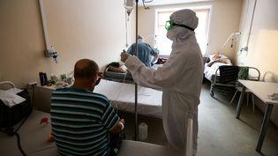 Des patients sont traités dans une unité Covid-19 d'un hôpital à Novosibirsk, en Russie, le 25 décembre 2020. (ROSTISLAV NETISOV / SPUTNIK / AFP)