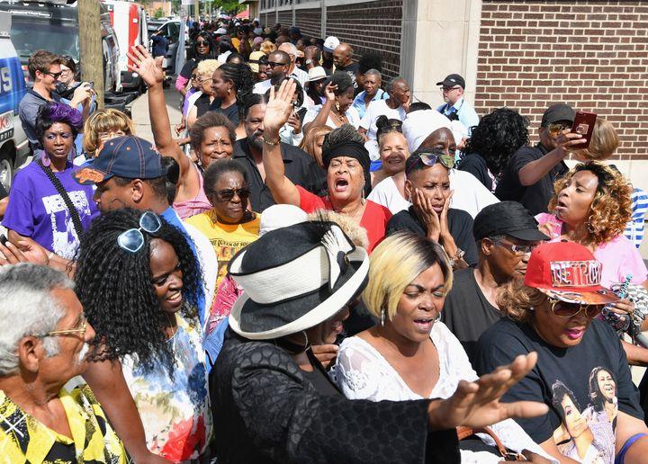Des fans réunis à l'exterieur de l'église New Bethel Baptist Church.  (Angela Weiss / AFP)