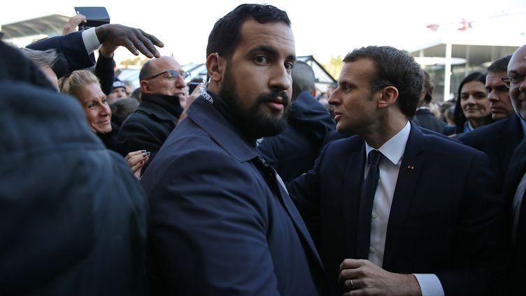 Alexandre Benalla (au centre) et Emmanuel Macron lors d'une visite au 55e Salon de l'agriculture, à Paris, le 24 février 2018. (STEPHANE MAHE / AFP)