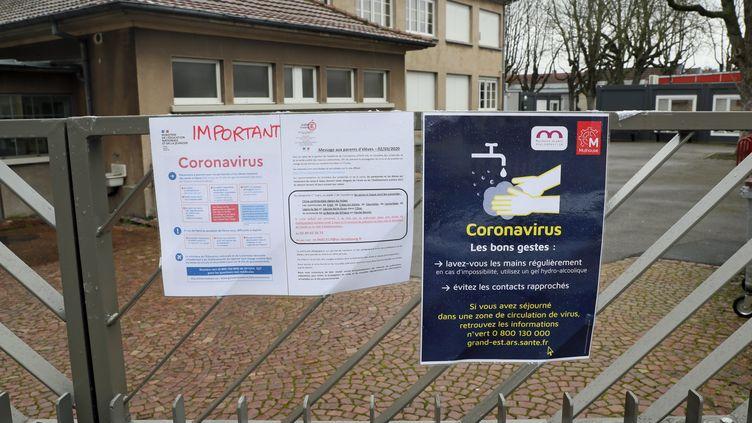 Le portail d'une école à Mulhouse (Haut-Rhin), le 2 mars 2020. (THIERRY GACHON / MAXPPP)