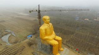 Vue aérienne de la statue en or de Mao Zedong, à Kaifeng en Chine, le 4 janvier 2016. (STRINGER / IMAGINECHINA / AFP)