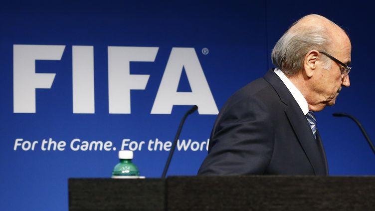 Le président de la Fifa, Sepp Blatter, quitte la tribune après avoir annoncé sa démission, le 2 juin 2015, à Zurich (Suisse). (RUBEN SPRICH / REUTERS)