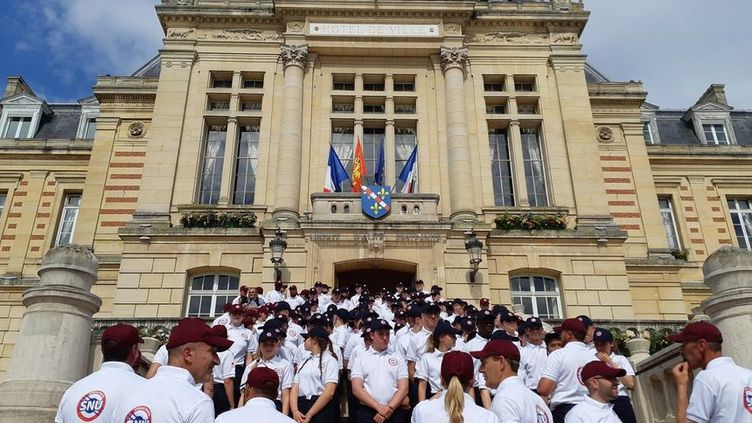 La forte chaleur a provoqué des malaises chez une vingtaine de jeunes engagés dans le Service national universel qui assistaient à la cérémonie d'inauguration de la nouvelle place du Général de Gaulle à Evreux. (Laurent Philippot - Radio France)
