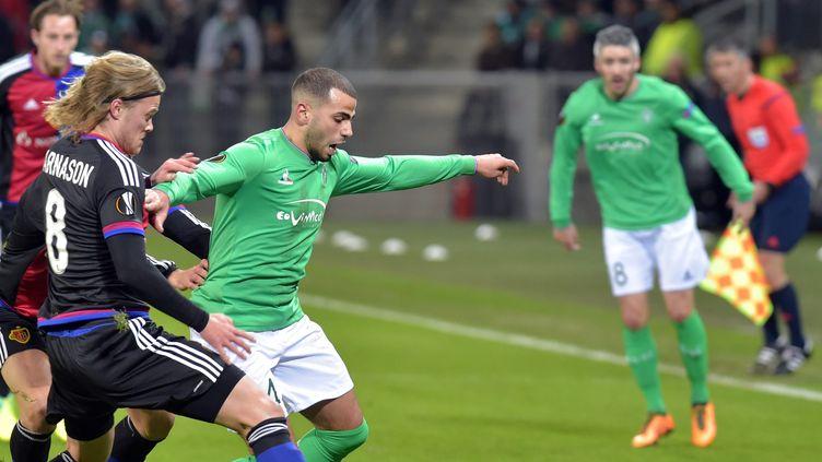Le joueur de Bâle Bjarnason face au Stéphanois Oussama Tannane (CLAUDE ESSERTEL / MAXPPP)