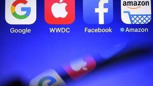 Le règlement sur la protection des données vise à mieux protéger les internautes européens lorsque leurs données personnelles sont manipulées par des opérateurs établis en dehors de l'UE, comme c'est le cas des grands opérateurs américains de l'Internet (Facebook, Google, Apple, etc.) (DAMIEN MEYER / AFP)