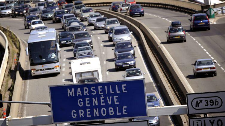 Des automobilistes sont pris dans un ralentissement. (JEFF PACHOUD / AFP)