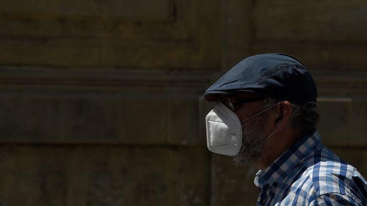 Un homme portant un masque dans la ville espagnole de Lérida (Catalogne), le 13 juillet 2020. (PAU BARRENA / AFP)