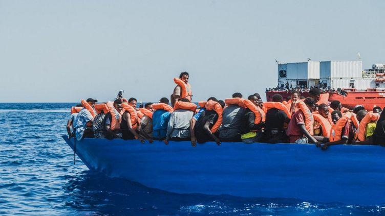 Des migrants sont secourus par SOS Méditerranée, le 1er août 2021 au large de la Libye. (EYEPRESS NEWS / AFP)