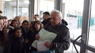 Capture d'écran de la vidéo Facebook montrant la haie d'honneur de 700 collégienspour un professeur d'Is-sur-Tille (Côte-d'Or) partant à la retraite, le 16 décembre 2016 (MURIEL DONNAT)