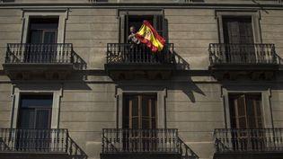Un homme brandit un drapeau espagnol le 8 octobre 2017 à Barcelone. (JORGE GUERRERO / AFP)