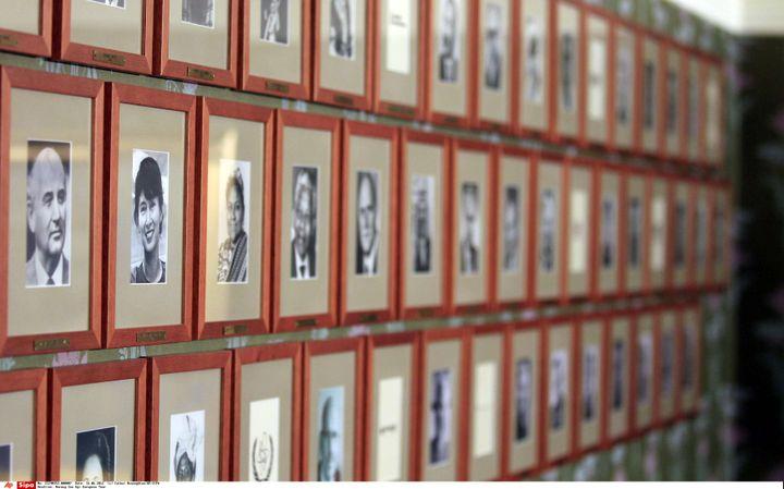 Les portraits des lauréats du prix Nobel de la paix, exposés à l'Institut Nobel d'Oslo (Norvège), le 16 juin 2012. (CATHAL MCNAUGHTON / AP / SIPA)