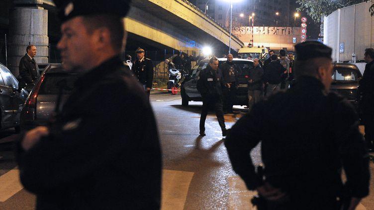 Des policiers sur les lieux de la fusillade du 28 novembre 2011, à Marseille (Bouches-du-Rhône). (GERARD JULIEN / AFP)