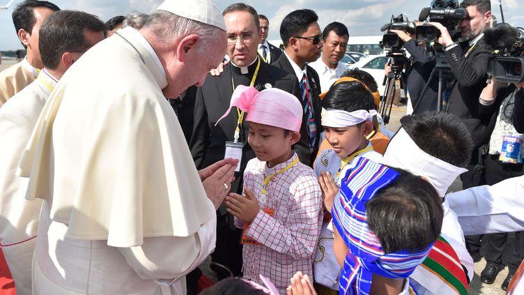 De très jeunes birmans ont accueilli le pape François à l'aéroport de Rangoun (Birmanie), le 27 novembre 2017 (AP / SIPA)