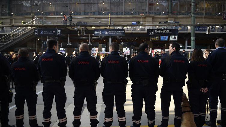 Des agents des douanes françaises surveillent la gare du Nord, le 17 mars 2016. (LIONEL BONAVENTURE / AFP)