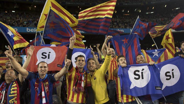 Des drapeaux pro-indépendance, pendant le match FC Barcelone-Eibar, à Barcelone (Espagne), le 19 septembre 2017. (MIQUEL LLOP / NURPHOTO)