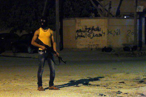 Un Libyen masqué dans une rue de la ville orientale de Benghazi, le 29 juillet 2014. (AFP PHOTO / ABDULLAH DOMA)