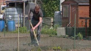 En ce moment, ceux qui ont la chance d'avoir un jardin sont très nombreux à en profiter. Le gouvernement considère même les plantes et les semences comme des produits de première nécessité. (FRANCE 2)