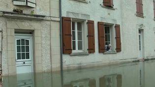 Après les inondations survenues dans le Sud-Ouest, la décrue, lente, a commencé. En Charente et dans le Lot-et-Garonne, l'heure est au nettoyage pour les habitants, qui tentent de faire face. (France 2)