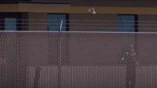 Un gardien derrière la barrière d'un camp de migrants, aux États-Unis. (FRANCE 3)