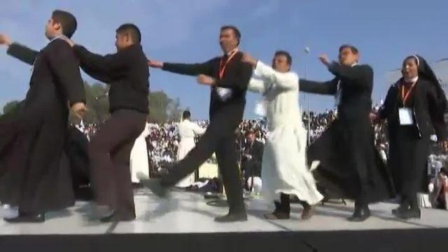 Le pape François accueilli en musique et par des danses avent la messe dans l'Etat de Michoacan
