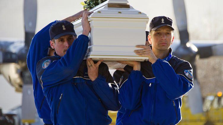Les 28 corps des victimes rapatriés en Belgique vendredi 16 mars 2012 (OLIVIER MAIRE / POOL)