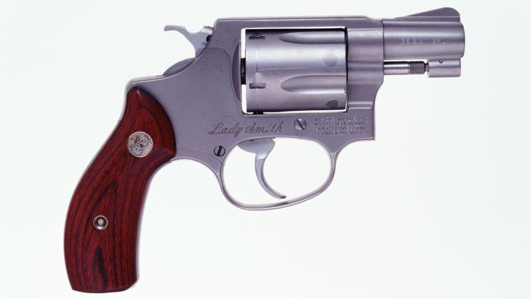 Un revolver Smith & Wesson Lady Smith .38. L'arme cachée par l'Américaine dans son vagin, unNorth American Arms 22 LR, avait été volée l'année précédente. (DAVIES AND STARR / THE IMAGE BANK / GETTY IMAGES)