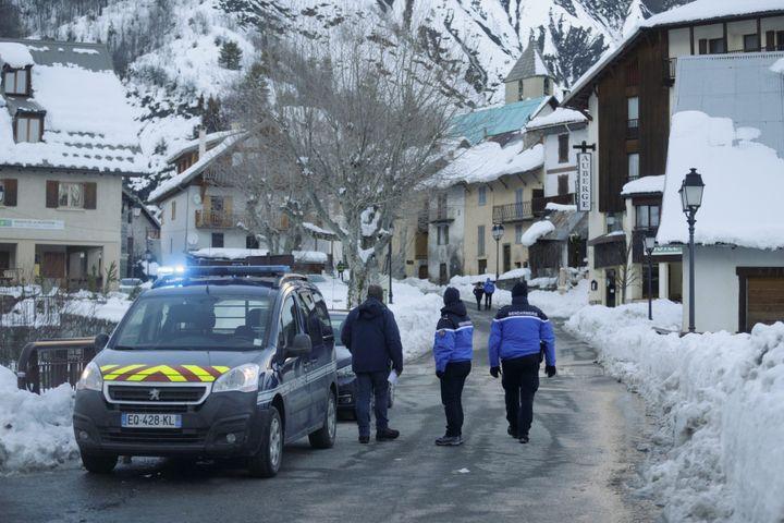 Des gendarmes à Entraunes (Alpes-Maritimes), le2 mars 2018, après la mort de quatre skieurs de randonnée dans une avalanche. (MAXPPP)