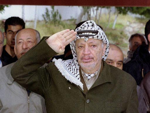 Le 31 décembre 2000 à Tunis, Yasser Arafat rend hommage aux victimes du raid israélien de 1985. (Reuters Photographer)