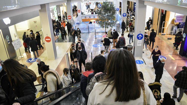 Des clients dans le centre commercial Velizy 2 en région parisienne, le 12 décembre 2020. (MAGALI COHEN / HANS LUCAS)