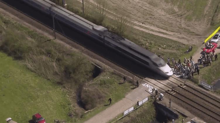 Un TGV a coupé le peloton en deux lors de la course Paris-Roubaix, dimanche 12 avril 2015 à Hélesmes (Nord). (FRANCE 3 / FRANCETV INFO)