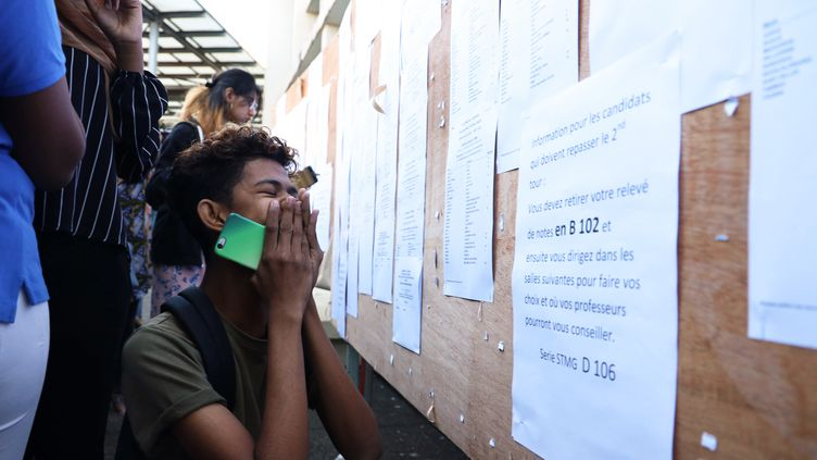 Des lycéens découvrent leurs résultats du bac, àSaint-Denis de la Réunion, le 5 juillet 2019. (RICHARD BOUHET / AFP)