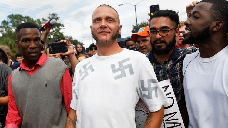 Un néonazi au milieu de manifestants antiracistes, à l'université de Gainesville, en Floride, jeudi 19 octobre 2017. (SHANNON STAPLETON / REUTERS)