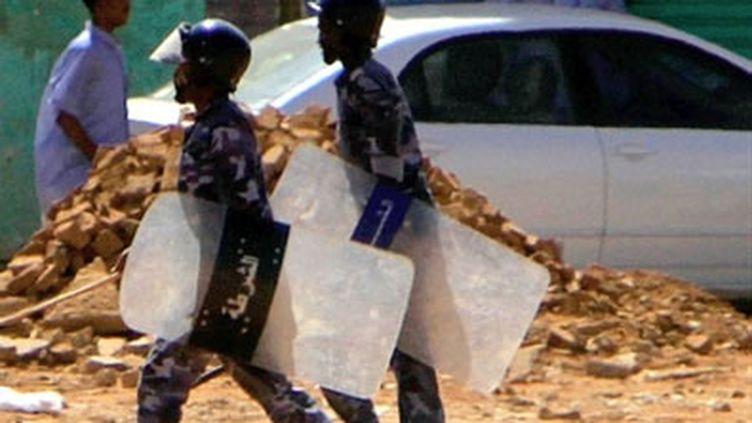 Des membres des forces de l'ordre soudanaises dans Khartoum, après une manifestation d'étudiants, le 30 janvier 2011 (AFP/STR)