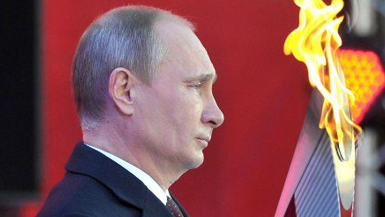 Vladimir Poutine a pu regarder l'arrivée de la flamme olympique dans les rues de Sotchi. (ALEXEI NIKOLSKY / RIA-NOVOSTI)