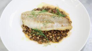 L'Anses recommande de manger du poisson deux fois par semaine et plus de légumineuses, comme les lentilles et les haricots blancs. (NEILSON BARNARD / GETTY IMAGES NORTH AMERICA / AFP)