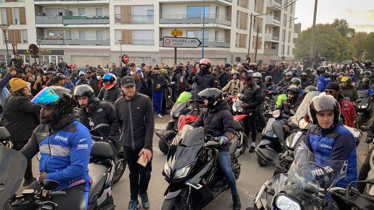 Des personnes sont rassemblées,le 7 octobre 2019 à Villiers-le-Bel (Val-d'Oise), pour rendre hommage à Ibrahima, mort à moto à proximité d'un contrôle policier. (MAXPPP)