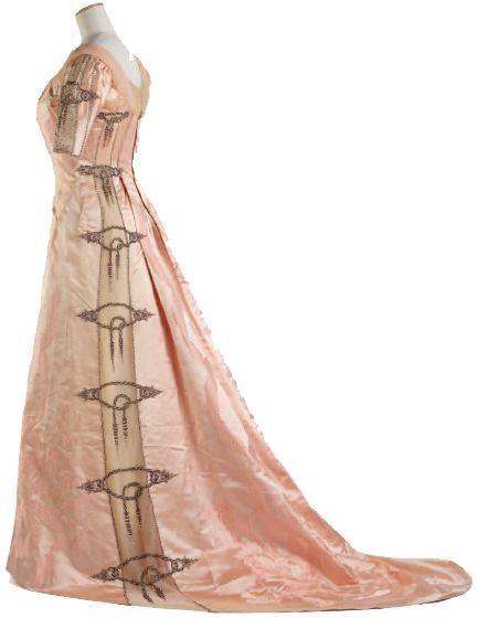 C.F.WORTH Robe de bal, vers 1900. Satin de soie damassé, tulle brodé d'éléments métalliques et de cristaux Swarovski.  (Olivier Saillant)