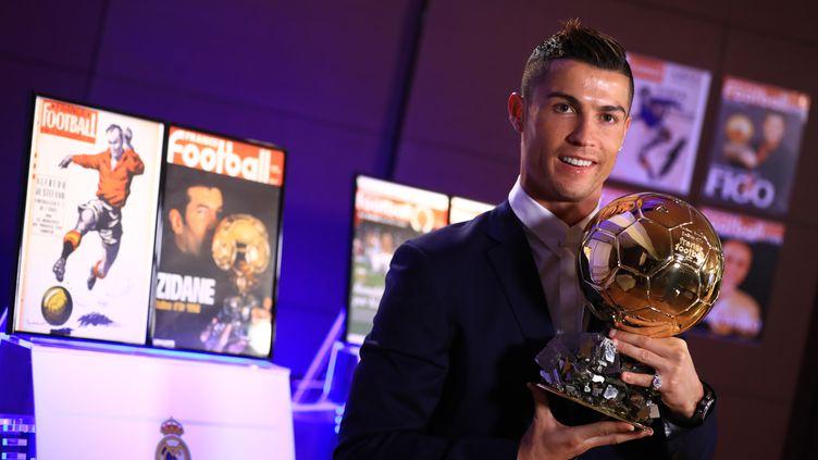 L'attaquant portugais Cristiano Ronaldo sacré Ballon d'Or, le 12 décembre 2016, à Madrid (Espagne).  (FRANCK SEGUIN / L'EQUIPE / AFP)