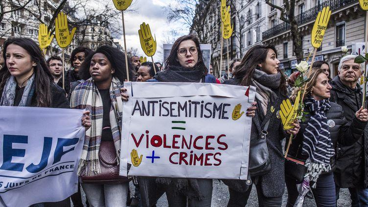 Des manifestants participent, le 28 mars 2018 à Paris, à une marche blanche en mémoire de Mireille Knoll, une retraitée juivetuée le 23 mars. (YANN CASTANIER / AFP)