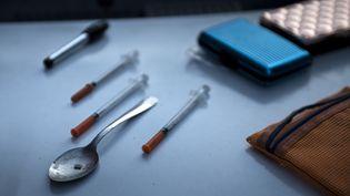 Du matériel pour consommer de la drogue retrouvé par la police, le 19 avril 2017 à Huntington, en Virginie occidentale (Etats-Unis). (BRENDAN SMIALOWSKI / AFP)