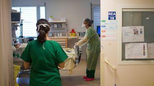 Une infirmière prend en charge un malade du Covid-19 au CHU de Nantes, le 19 mai 2020. (LOIC VENANCE / AFP)