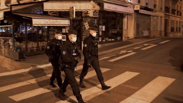 Des policiers patrouillent à Paris pour faire respecter le couvre-feu le 17 octobre 2020. (ABDULMONAM EASSA / AFP)