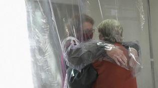 À Sao Paolo, une maison de retraite a peut-être trouvé le moyen d'être avec ses proches sans crainte une contamination au Covid-19 : le rideau à câlins. (France 2)
