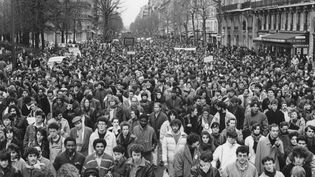 Paris, 6 décembre 1986. Manifestation contre les violences policières, après la mort de Malik Oussekine, tué par des policiers lors d'une manifestation contre le projet de réforme universitaire Devaquet. Deux jours après, le projet de loi sera retiré. (MICHEL BARET / GAMMA-RAPHO VIA GETTY IMAGES)