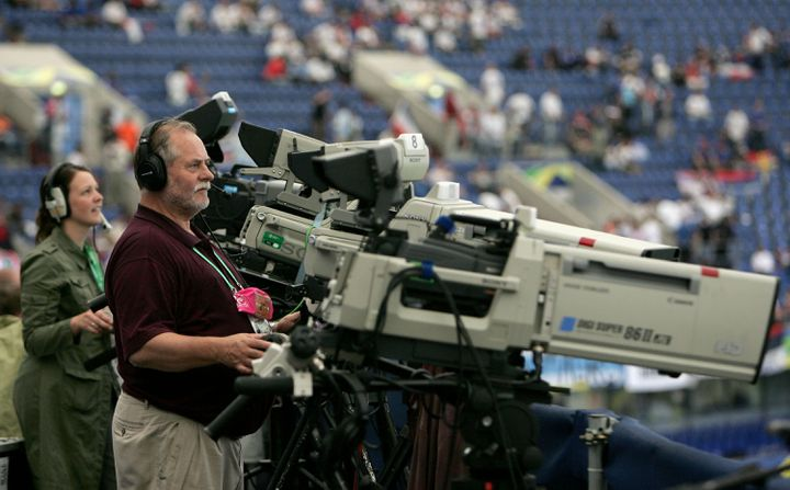 Un caméraman filme un match de la Coupe du monde 2006 entre l'Argentine et la Serbie-Monténégro, le 16 juin 2006 à Gelsenkirchen. (PHIL COLE / GETTY IMAGES)