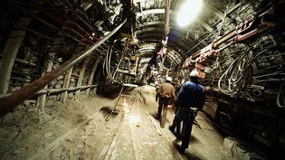 Des mineurs dans la mine de charbon de La Houve à Creutzwald (Moselle) quelques jours avant la fermeture qui intervienra le 23 avril 2004. (FREDERICK FLORIN / AFP)