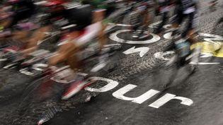 Des coureurs lors de la dernière étape du Tour de France, le 26 juillet 2015 entre Sèvres et Paris. (KENZO TRIBOUILLARD / AFP)