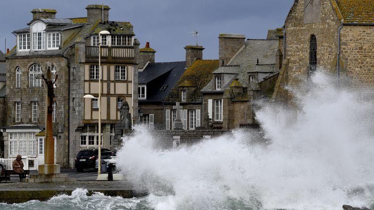 De fortes vagues lors du passage de la tempête Ciara à Barfleur (Manche), le 10 février 2020. (MAXPPP)