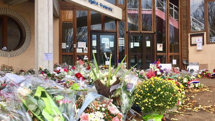Après les fleurs, les messages et les bougies en hommage Samuel Paty, une statue à l'effigie du professeur sera érigée au collège du Bois-d'Aulne à Conflans-Sainte-Honorine. (ALICE KACHANER / FRANCE-INFO)